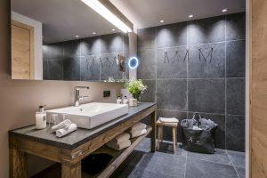 Zimmer Studio L - Bad mit Holz und Nautstein, Bad mit Deckenspots Bad mit großem Spiegel