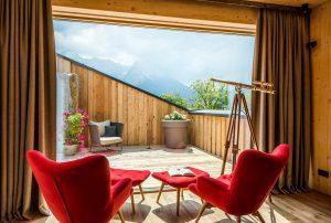 Ausblick Hotel Garmisch-Partenkirchen, Zimmer in Bayern, rote Stühle am Balkon