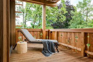 Liegestuhl grau, Holzhotel Balkon, entspannen auf Balkonien