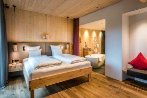 Schlafzimmer mit offenem Bad