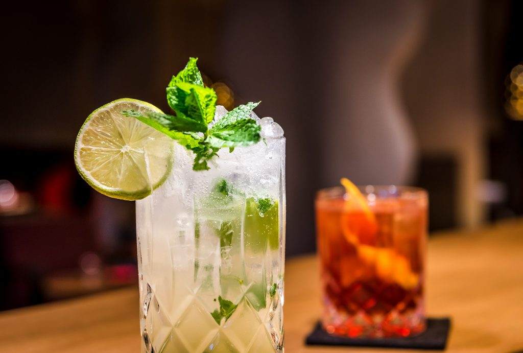 Zwei Cocktails mit Zitrone dekoriert