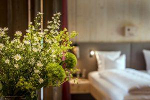 Zimmer mit Blumenstrauß