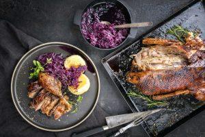 Bild mit Entenbraten, Kartoffelknödel und Blaukraut auf schwarzem Hintergrund