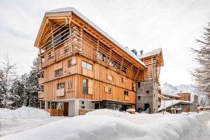 Aussenansicht eines Hotels auf Holz und Beton