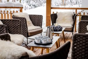 Terrasse im Winter mit Korbmöbel und Fellen