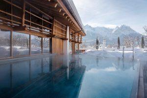 Rooftop Pool mit Blick auf die Berge