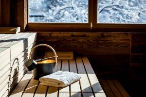 Sauna mit Fenster und verschneiter Winterlandschaft