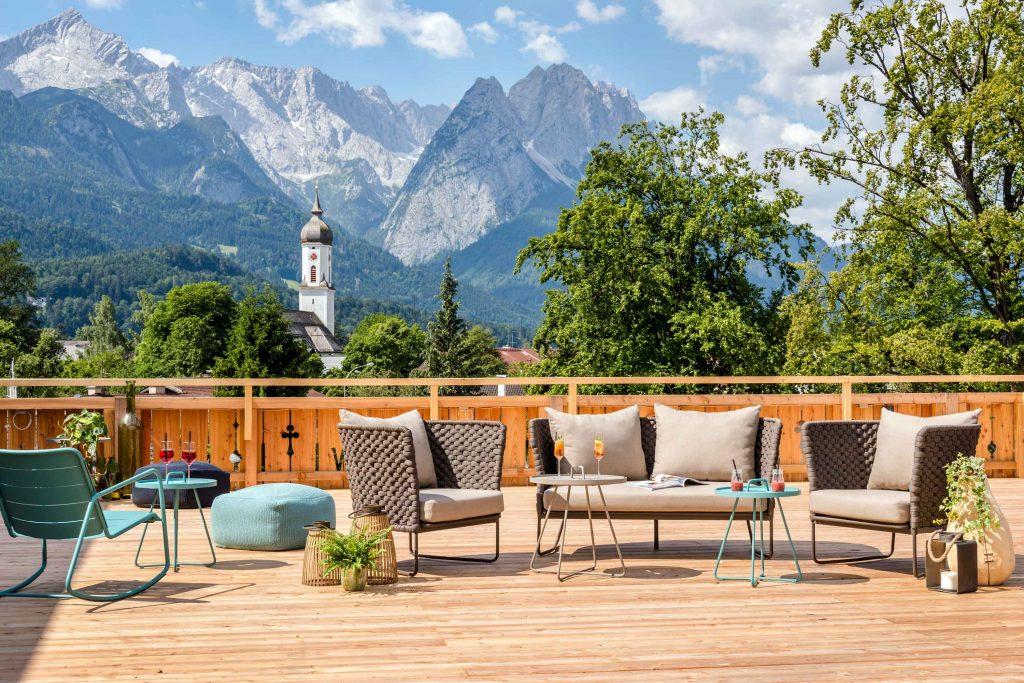 Dachterrasse aus Holz mit Bergpanorama im Hintergrund