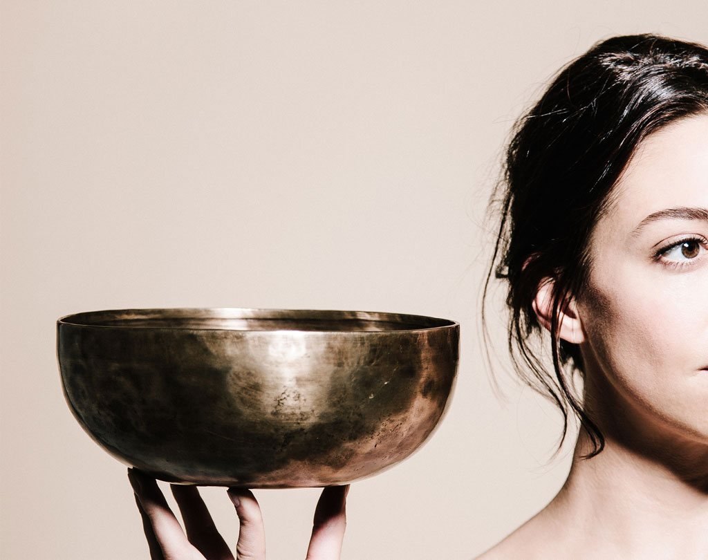 Frau mit Klangschale