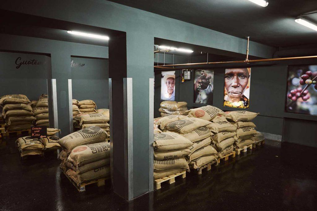 Kaffeebohnen in Jutesäcken im Lagerraum
